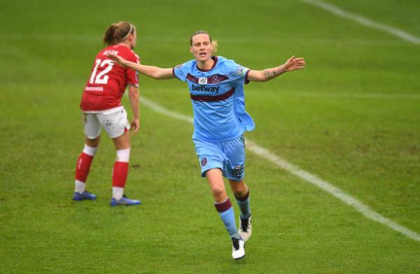 Emily van Egmond scores for West Ham