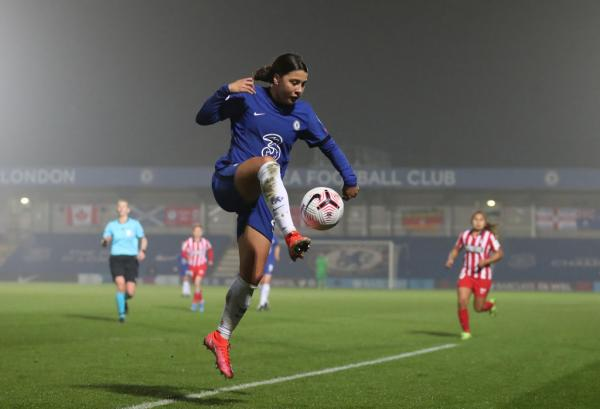 Sam Kerr controls the ball v Atletico Madrid UWCL round of 16